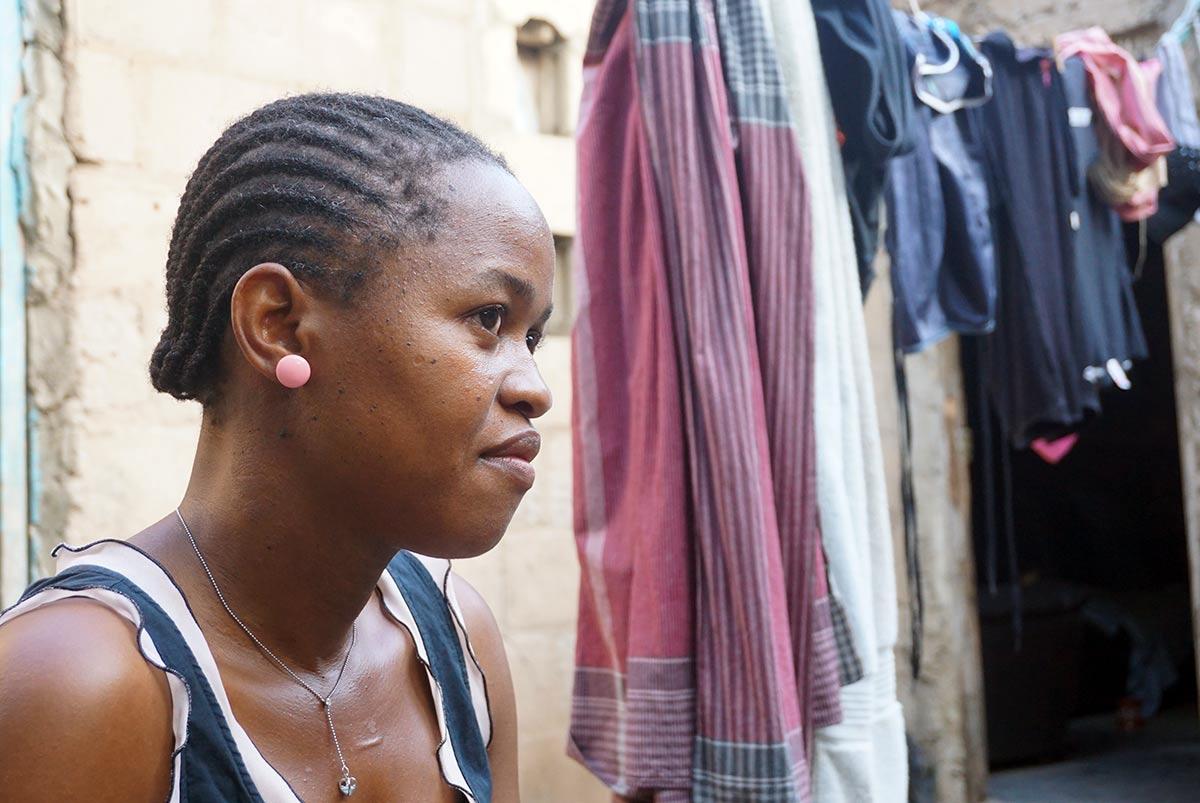 Mosambikilainen kotiapulainen kotipihallaan