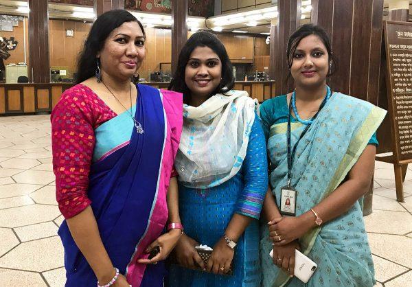 Bangladeshlaisia pankkityöntekijöitä