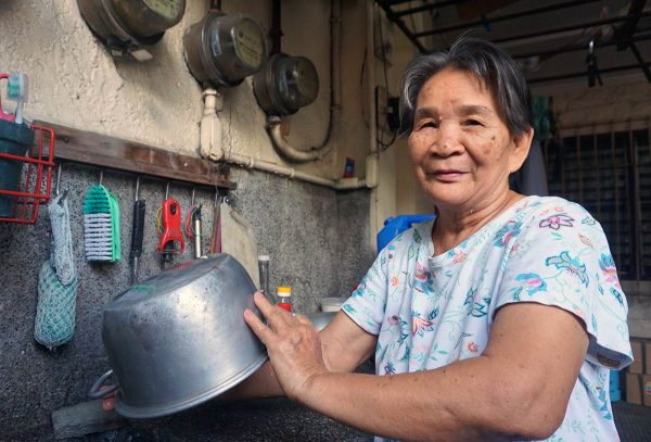 Kotiapulainen pesee kattilaa Filippiineillä