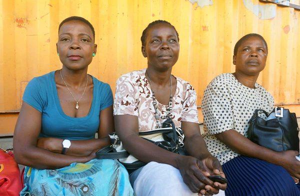 Mosambikin kottiapulaiset odottavat työn alkamista