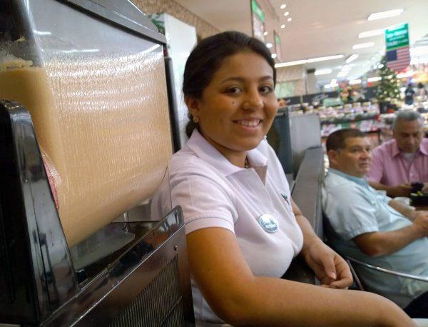Kauppaketjun kahvilan työntekijä Kolumbiassa