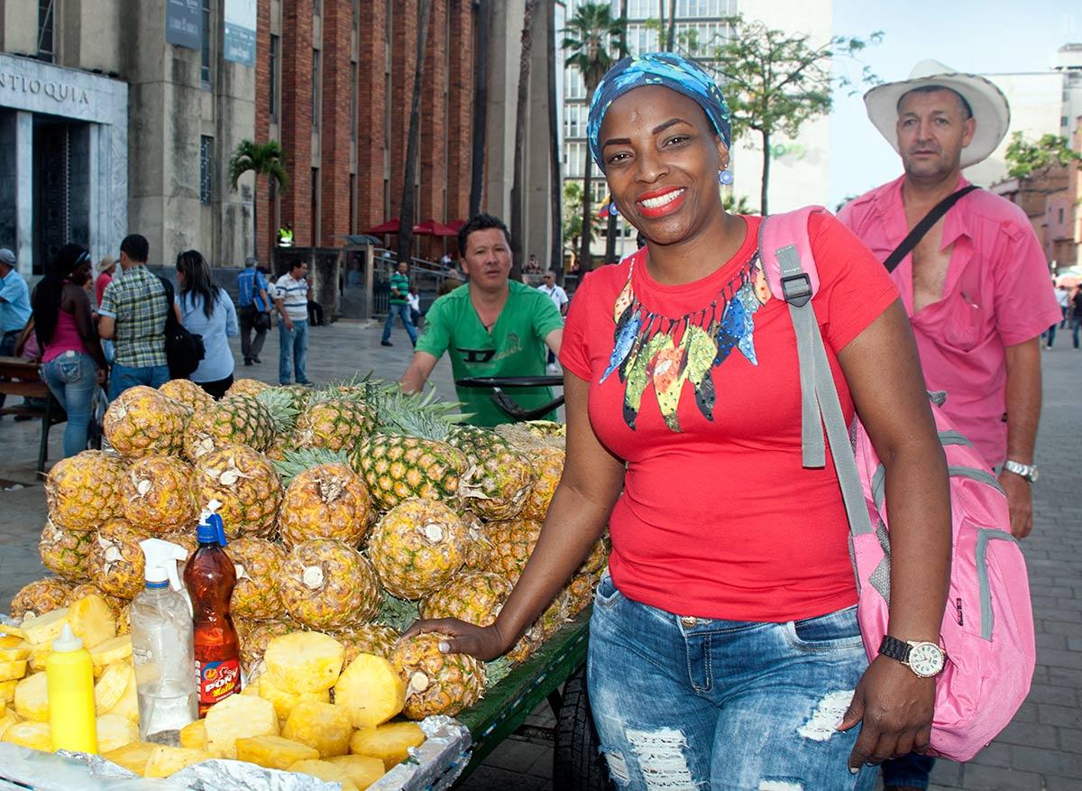 Kolumbialainen kotiapulainen hedelmäostoksilla