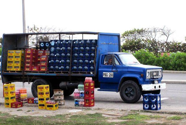 Juomalastissa oleva kuorma-auto Kolumbiassa