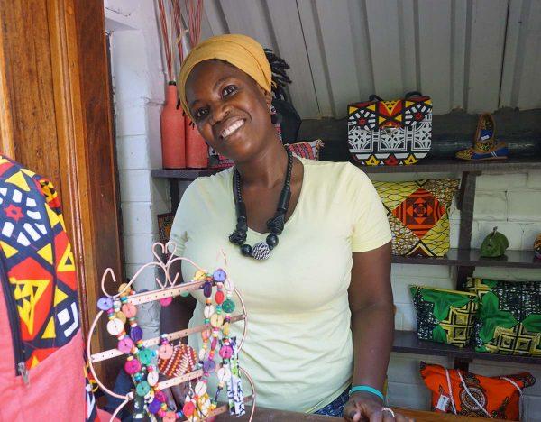 Nainen myy koruja hotellin kojussa Mosambikissa