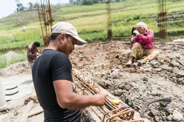 Talon rakennusta Nepalin maaseudulla