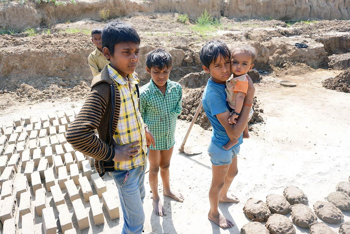 Lapsityöläisiä tiilitehtaalla