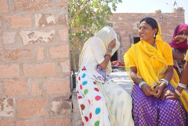 Nauravat intialaiset naiset