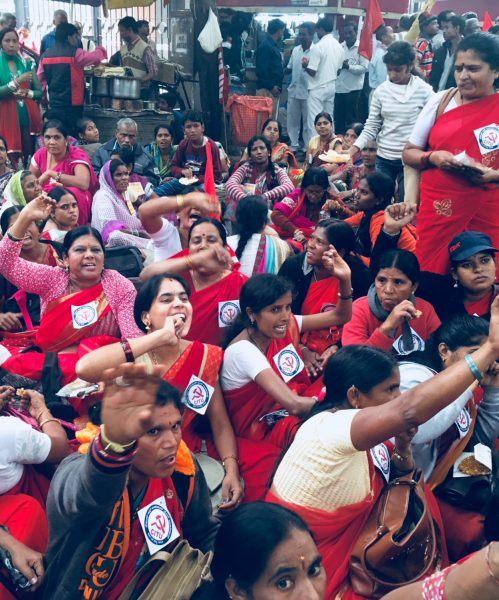 Naisia mielenosoituksessa Delhissä