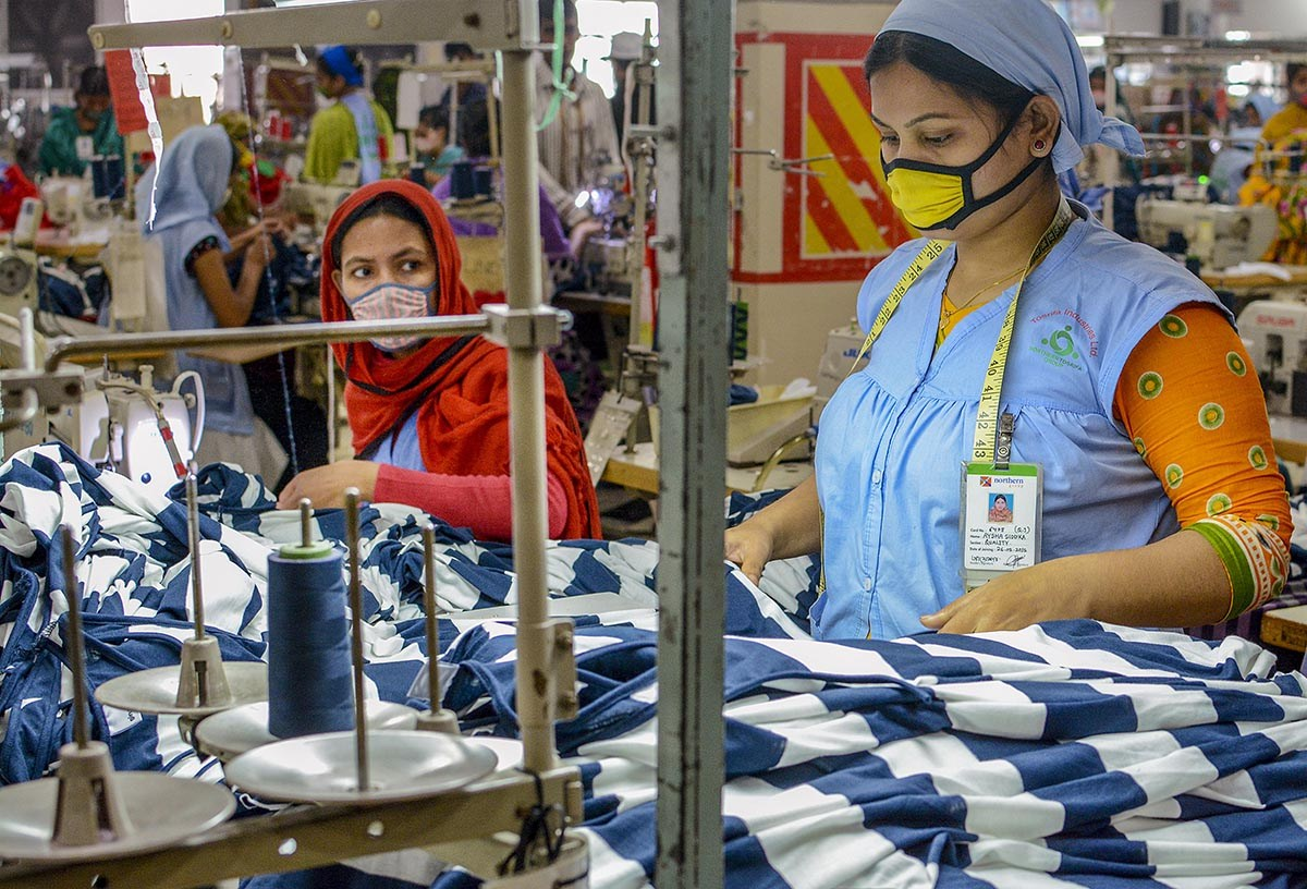 Kaksi ompelijaa bangladeshlaisessa vaatetehtaassa