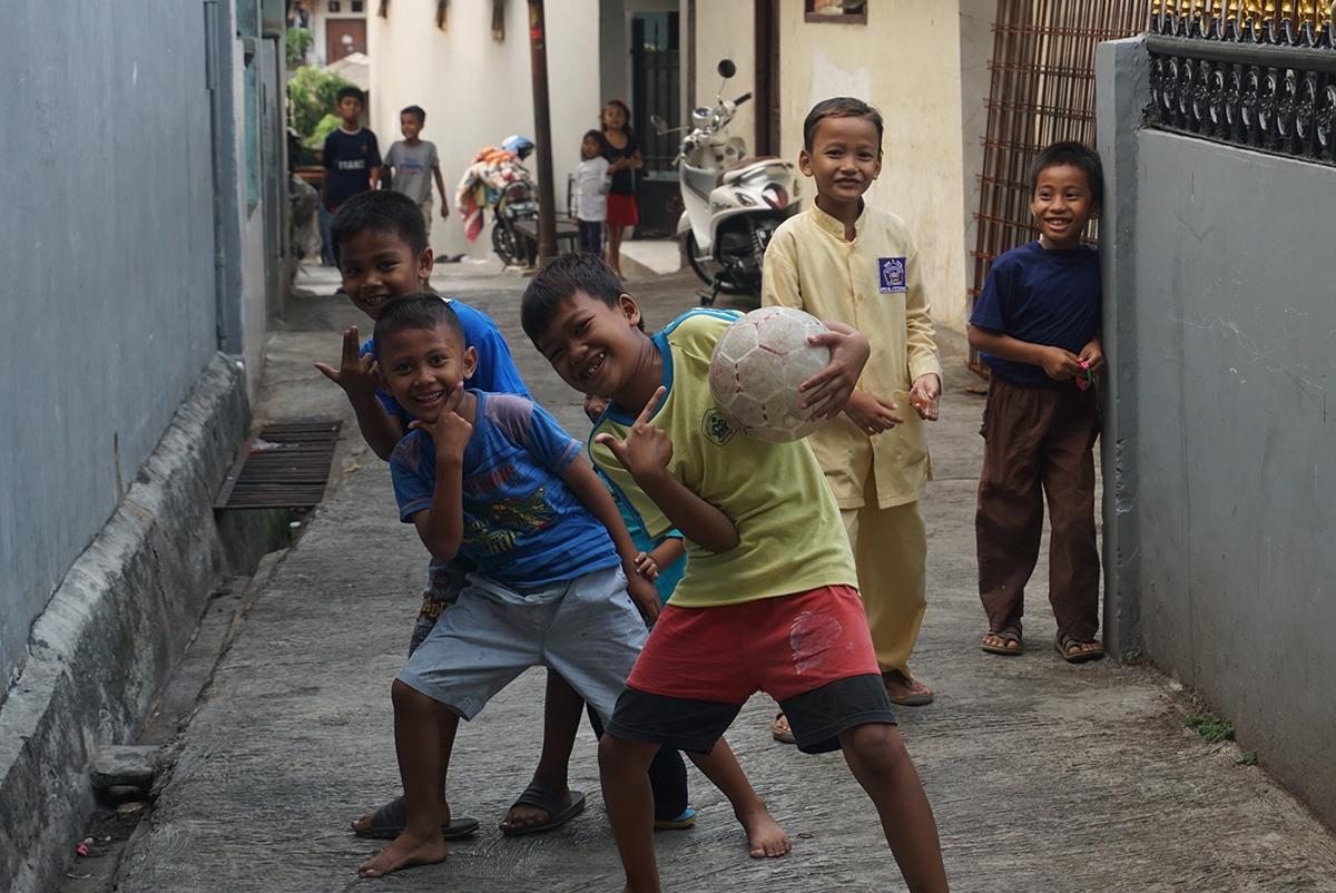 Jakartan kotiapulaisten asuttaman slummin lapsia.