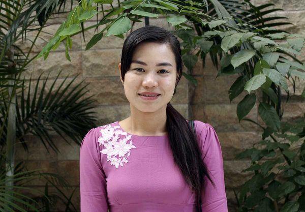 Myanmarilainen vaatetyöntekijä Honey Oo