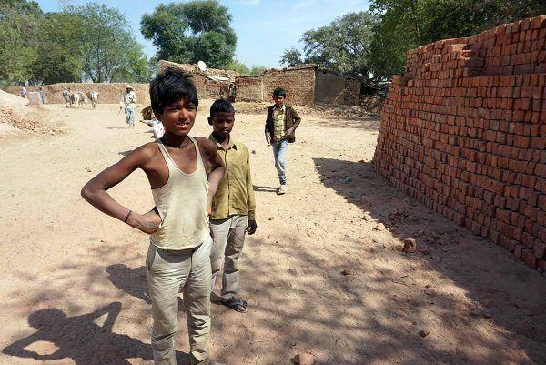 Lapsityöläisiä Intian tiilitehdasalueella