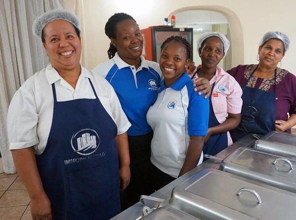 Mosambikilaisia keittäjänaisia