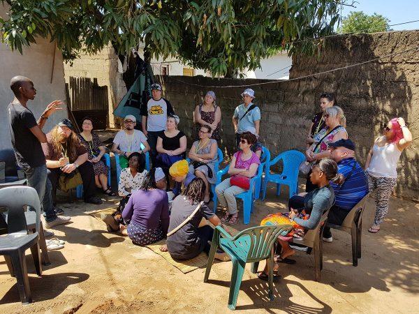 SASKin opintomatkaporukka vierailulla mosambikilaisen kotiapulaisen kotona