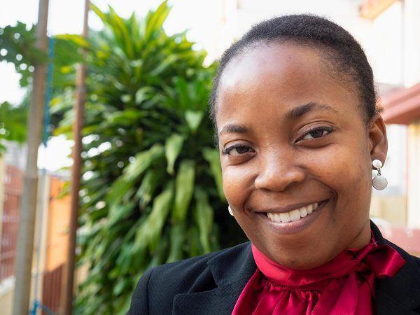 Mosambikilainen nainen Neusa Muando lähikuvassa