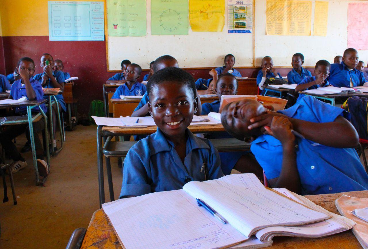 Eswatinilaisia lapsia koulussa.