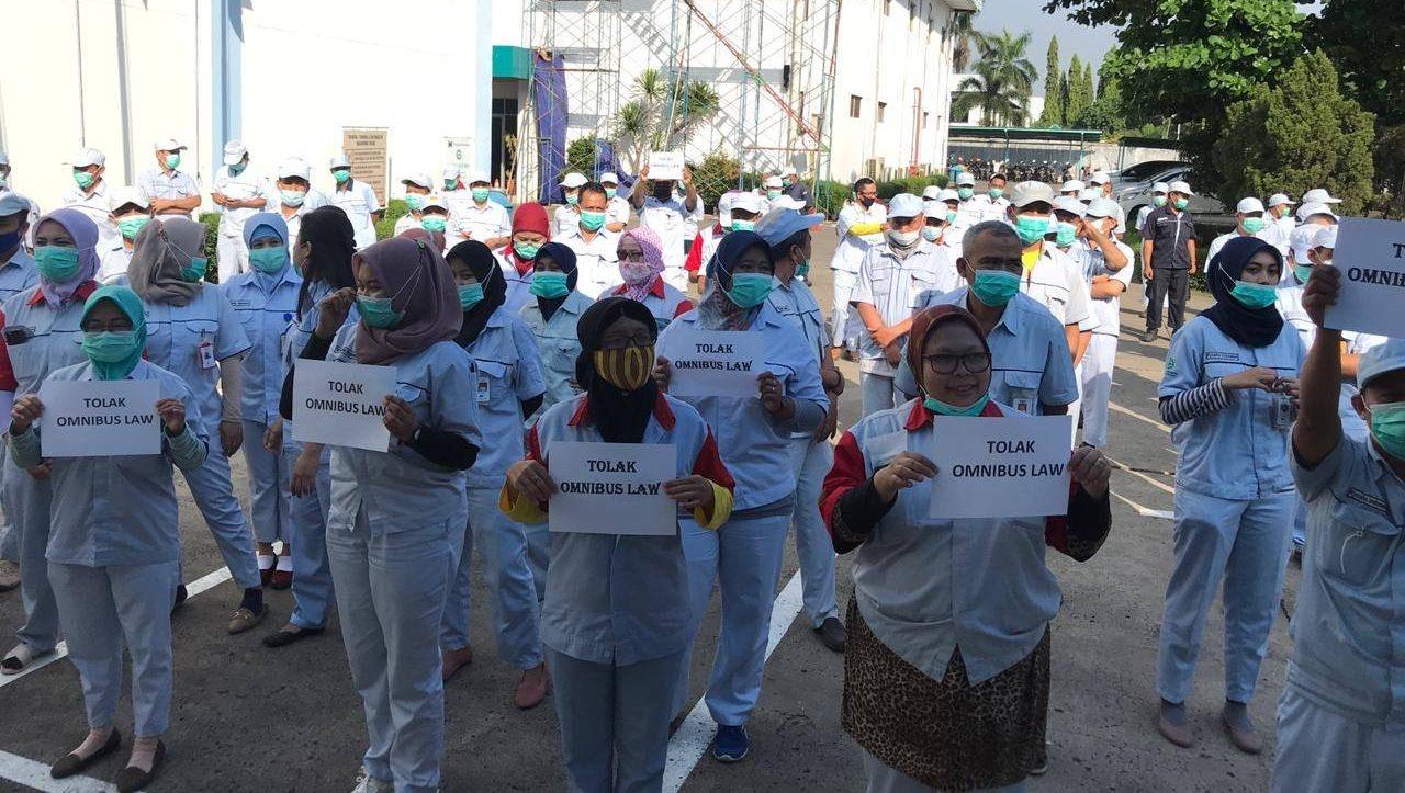 Mielenosoittajia Indonesiassa.